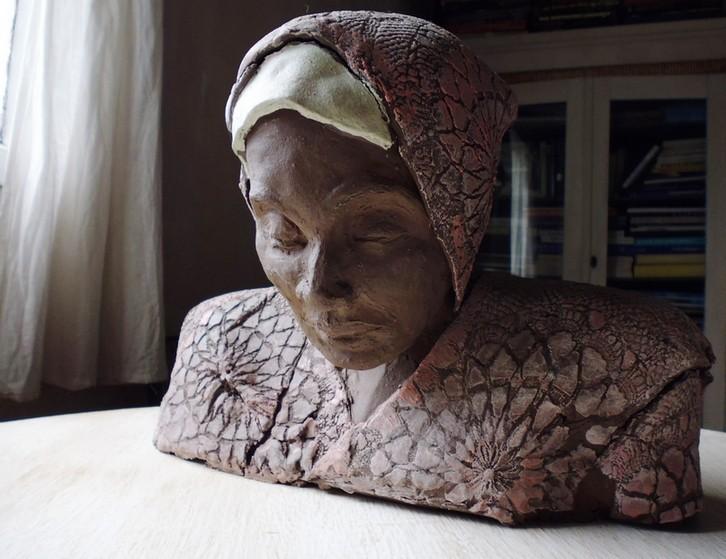 Auch diese verschleierte Lady entstand im Winter 2012 aus Ton mit Engoben. 39 x 29 cm.