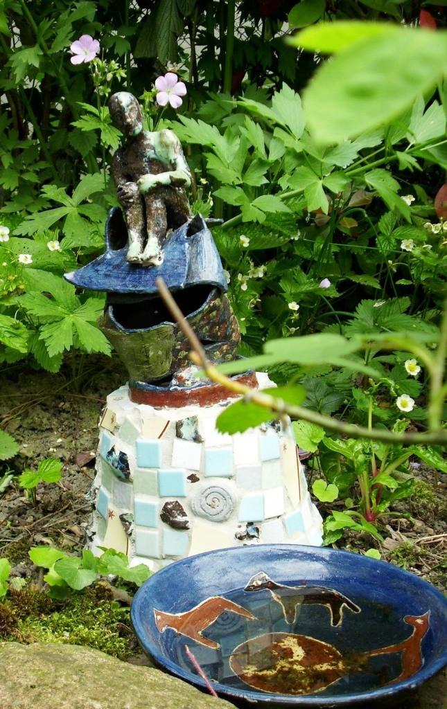Noch ein Beispiel für die Verwandlung von Recyclingmaterial und Krimskrams in einen seltsamen, nützlichen Gegenstand. Aus der Wasserschale davor trinken Vögel.