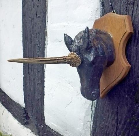 Ein Einhorn hängt als Trophäe an der Hauswand. War es das Letzte? Wohl kaum. Phantastische Wesen lassen sich jederzeit neu ausdenken. Keramik, Abwurfstange, Holz. 2012