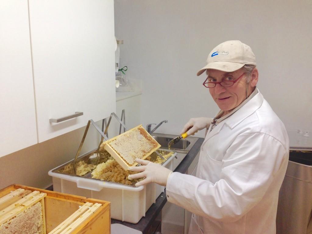 Johann beim Honigwaben entdeckeln