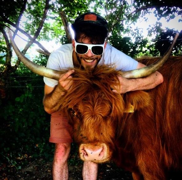 Pierre Alain et une vache Highland de la ferme bio de la Millanchère