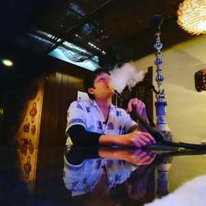 ORIENTAL BAR AIR(オリエンタルバー  アイル) シーシャ(水タバコ)吸引シーン写真画像 〒790-0003愛媛県松山市三番町1-16-13青木ビル3F  TEL089-935-6166