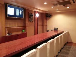 Home's bar ひなた (ホームズバー ヒナタ)  カウンター席画像  TEL089-933-2230 〒790-0002 愛媛県松山市二番町2-1-2 コロネット二番町ビル2F