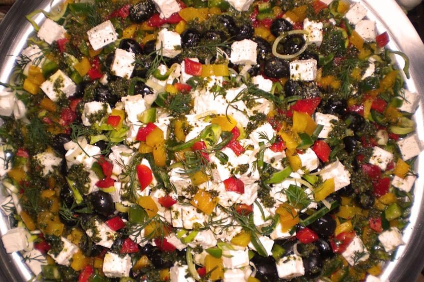 Kretasalat mit Schafskäse, Oliven und Paprika