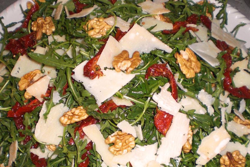 Rucola mit Walnüssen, eingelegten Tomaten, Parmesan in Walnussöl und Balsamico