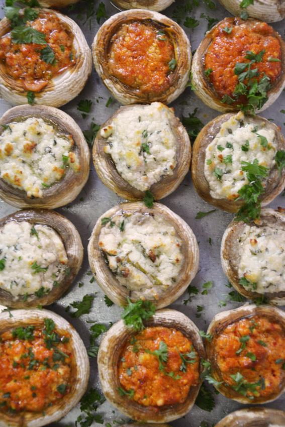 überbackene Champignons mit Schafskäsecreme gefüllt