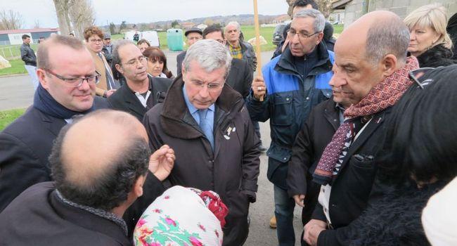 Dominique Ceaux, préfet, président du Groupe de travail en visite au camp de Bias reçu par des membres du comité national de liaison./ Photo F. P.