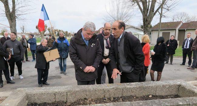 C'est devant l'emplacement du lever des couleurs quotidien que la visite a débuté pour Dominique Ceaux./ photo DDM, F.P