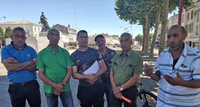 Des membres du Comité national de liaison des harkis aux côtés de leur président Boaza Gasmi, ce lundi à Villeneuve./ Photo DDM, J.Sch.