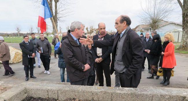 Le Préfet CEAUX, Président de la commission nationale sur les Harkis, en visite au camp de BIAS en mars dernier (photo DDM, F.P.).
