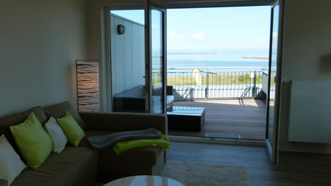 Blick aus dem Wohnzimmer auf die Dachterrasse der Ferienwohnung Arkonablick