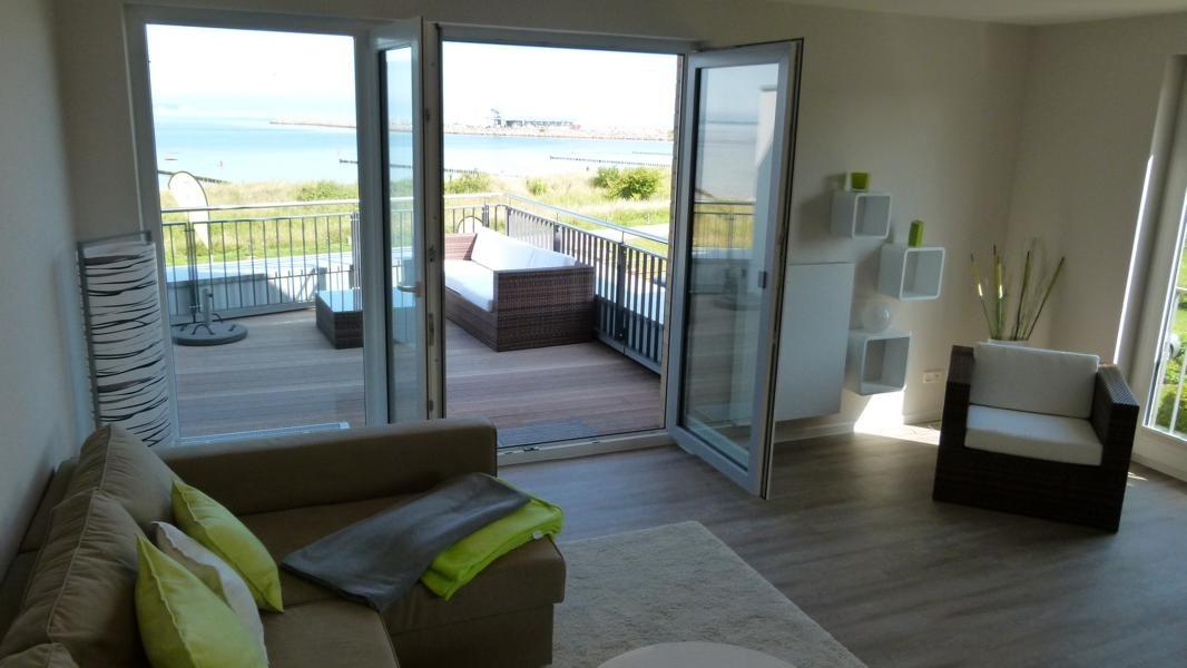 Blick aus dem Wohnzimmer auf die Dachterasse der Ferienwohnung Arkonablick