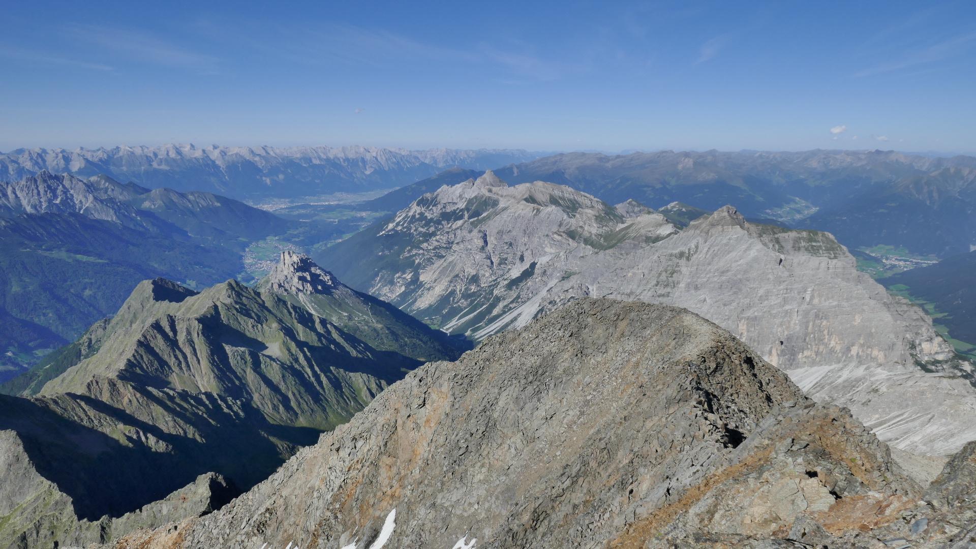 Nach Norden über Pinnis- und Stubaital, rechts der Serleskamm mit der Kirchdachspitze