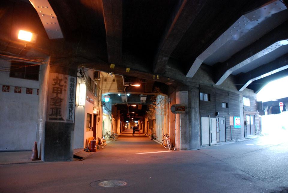国道176(十三筋)高架下と阪急線高架下