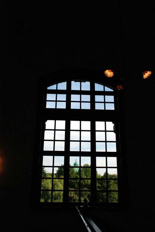 窓越しに見える表慶館(バロック建築)