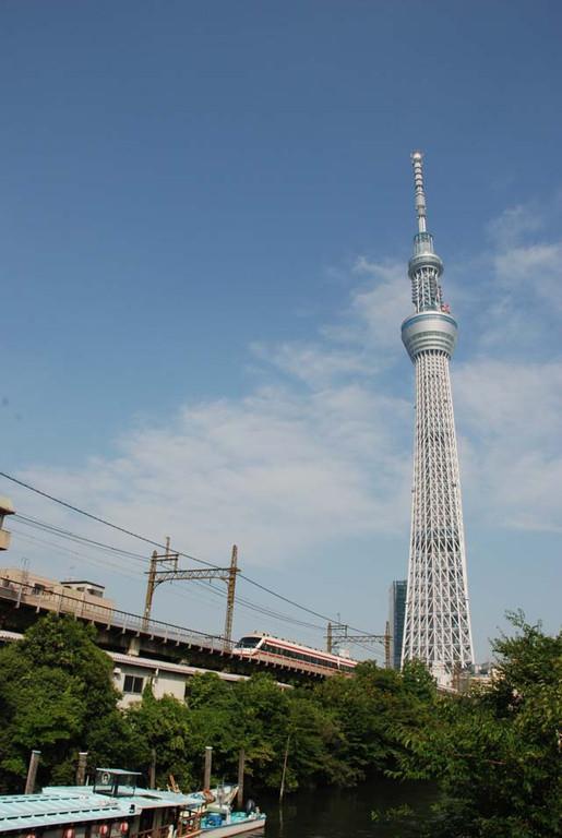 東京スカイツリー/船溜まりとガード下建築群 それに東武スペーシア