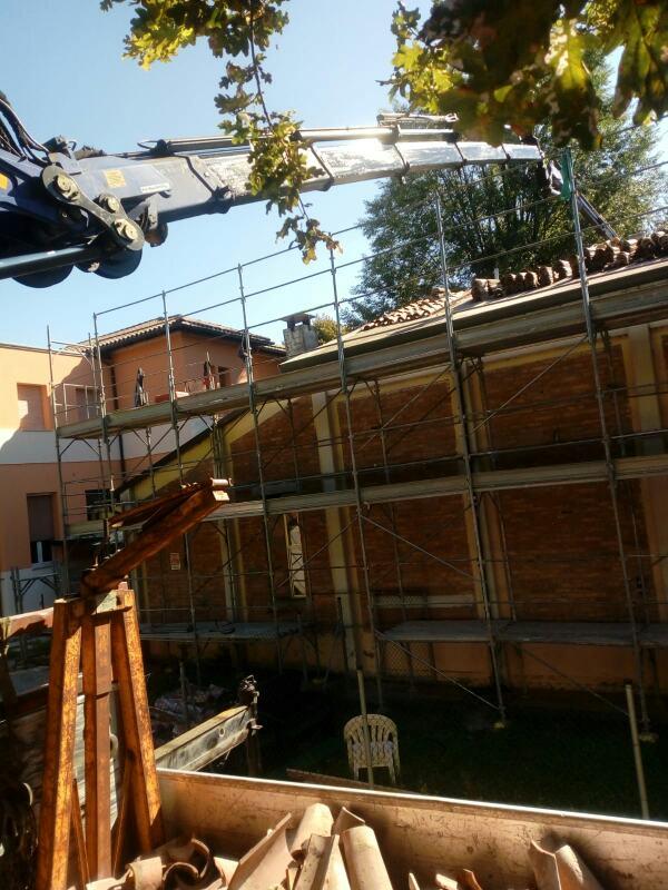 Rimini gru camion gru e piattaforma aerea ricostruzione tetti