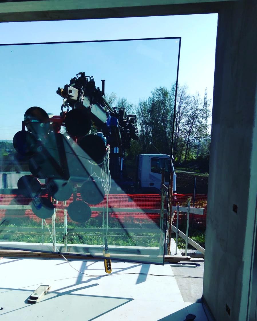 Rimini gru noleggio camion gru per montaggio vetri a Misano Adriatico