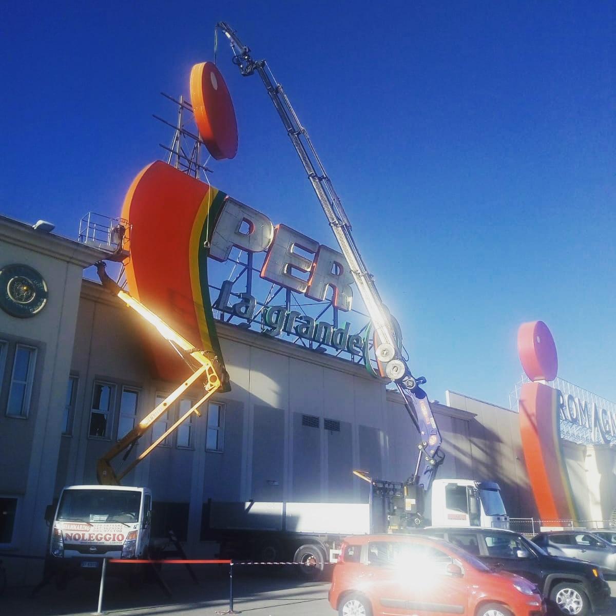 Rimini gru noleggio camion gru per smontaggio insegna a Savignano sul Rubicone