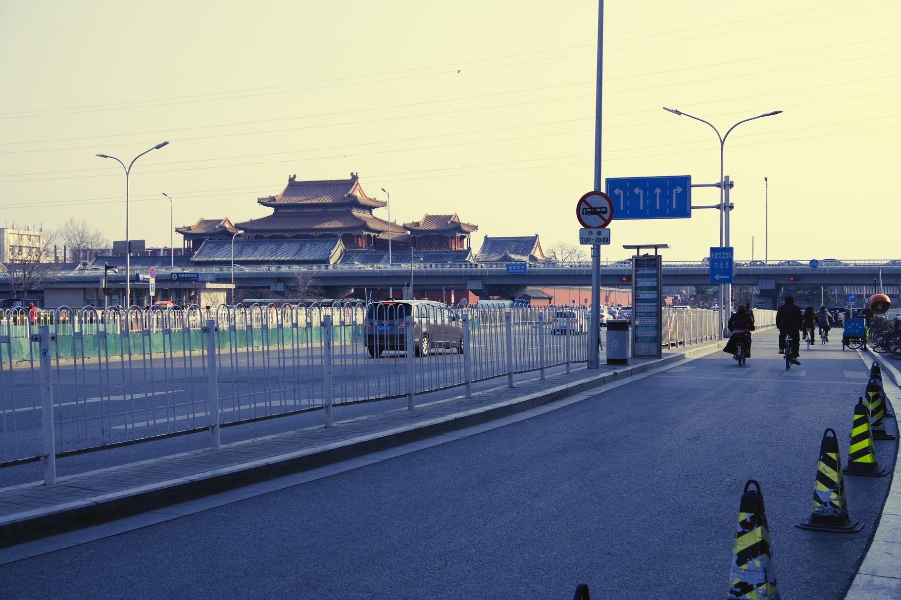 第二環状道路の立体交差の向こうの万仏閣