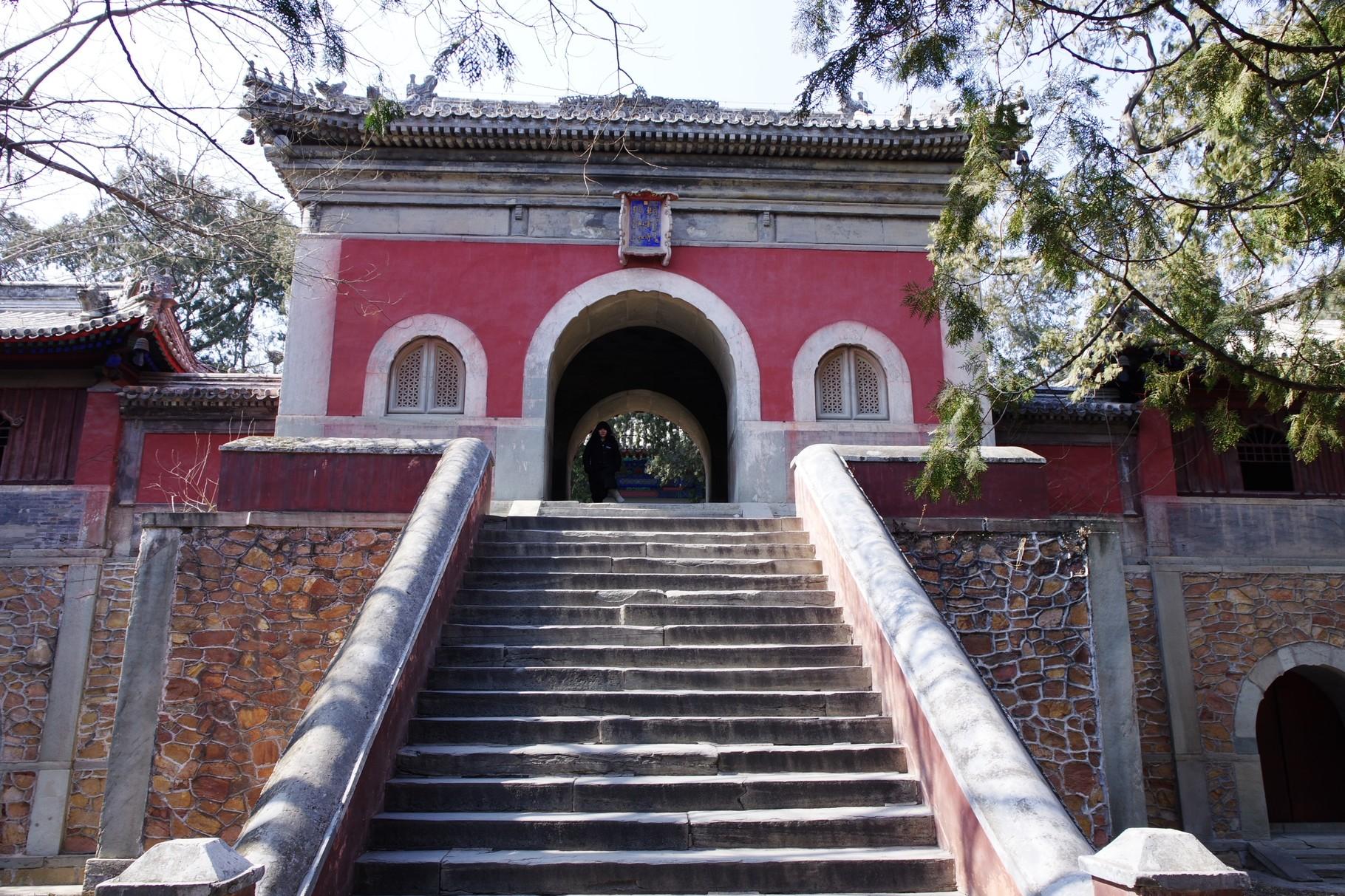 階段を上がると山門