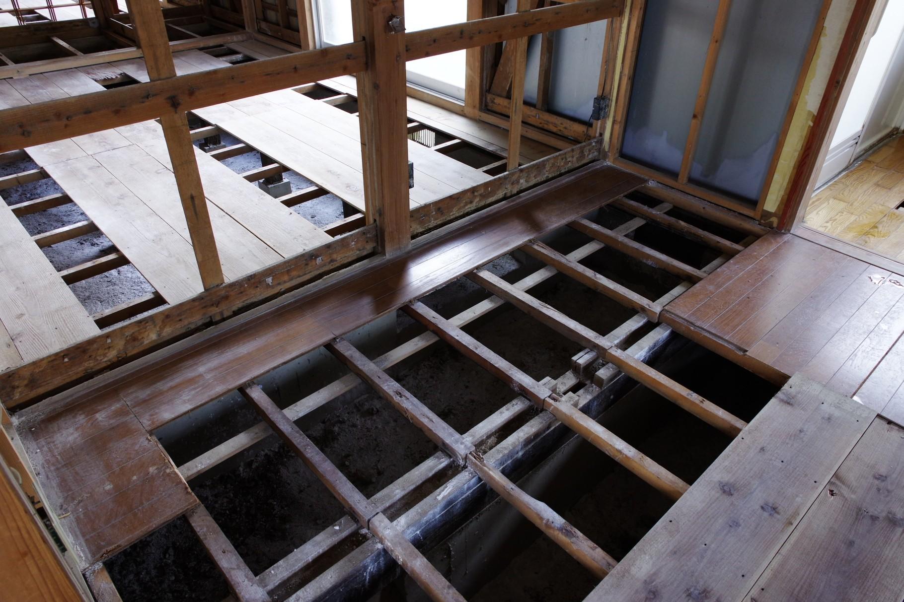 畳は廃棄し、床下を乾かすために板を剥がしてあります