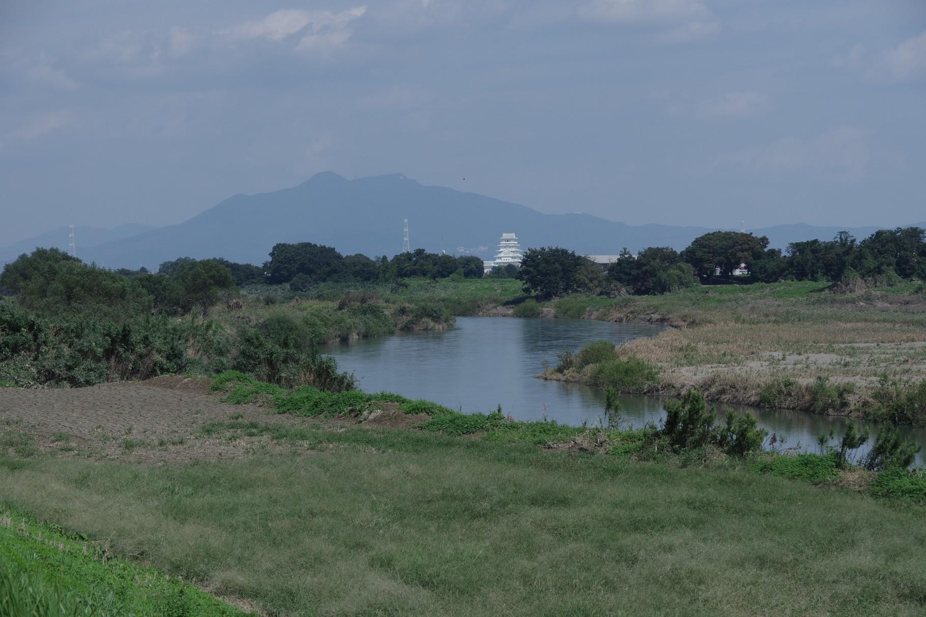 左岸の北東方向 筑波山と地域交流センター