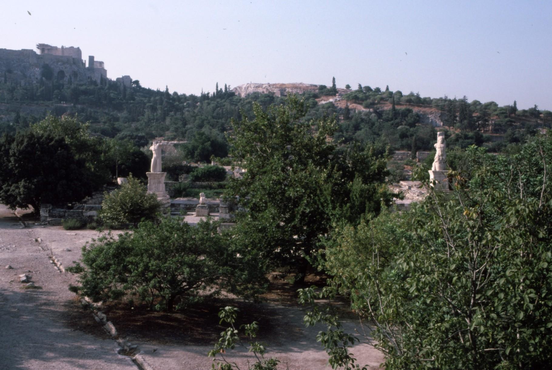左奥にアクロポリス