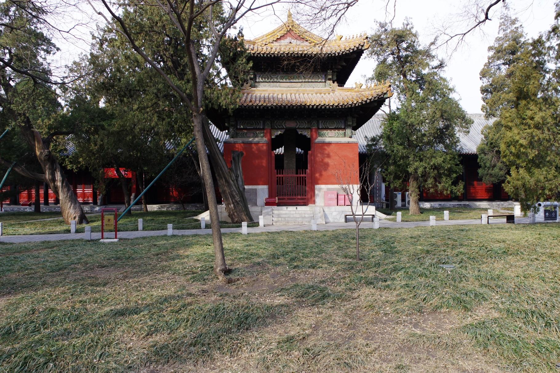 第一の主殿前の中庭の東西にある「碑亭」