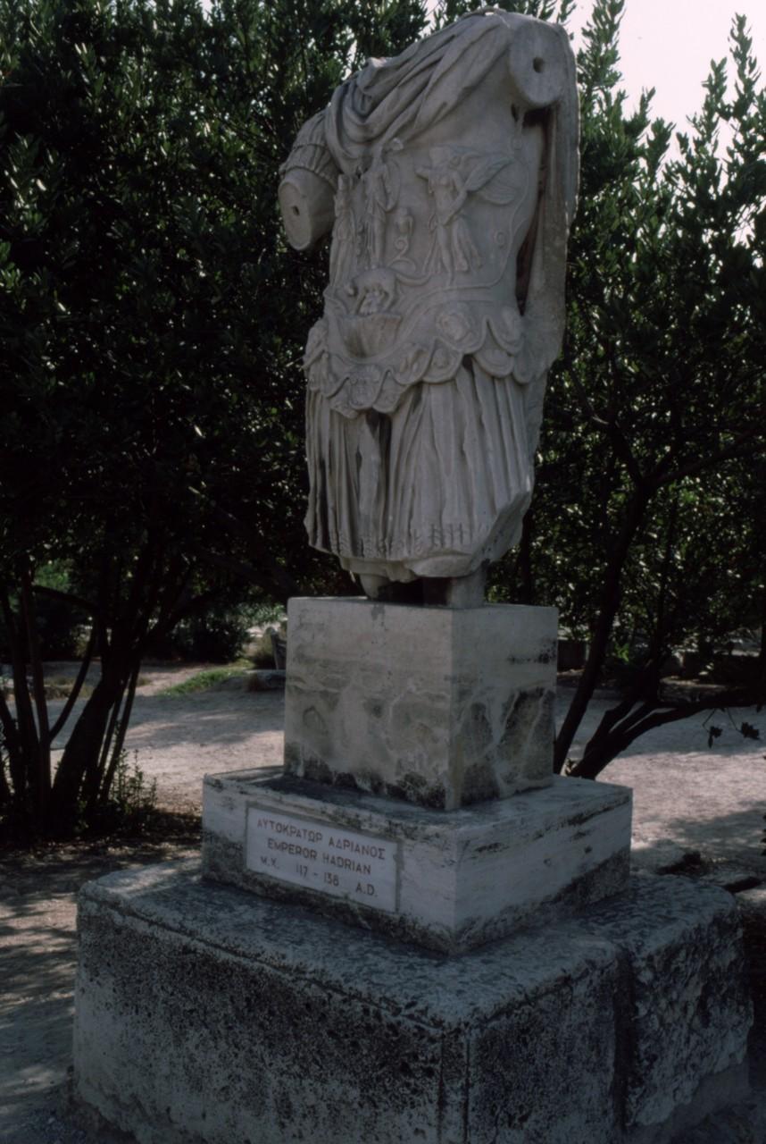 おなじくハドリアヌス像(「五賢帝」のひとり)