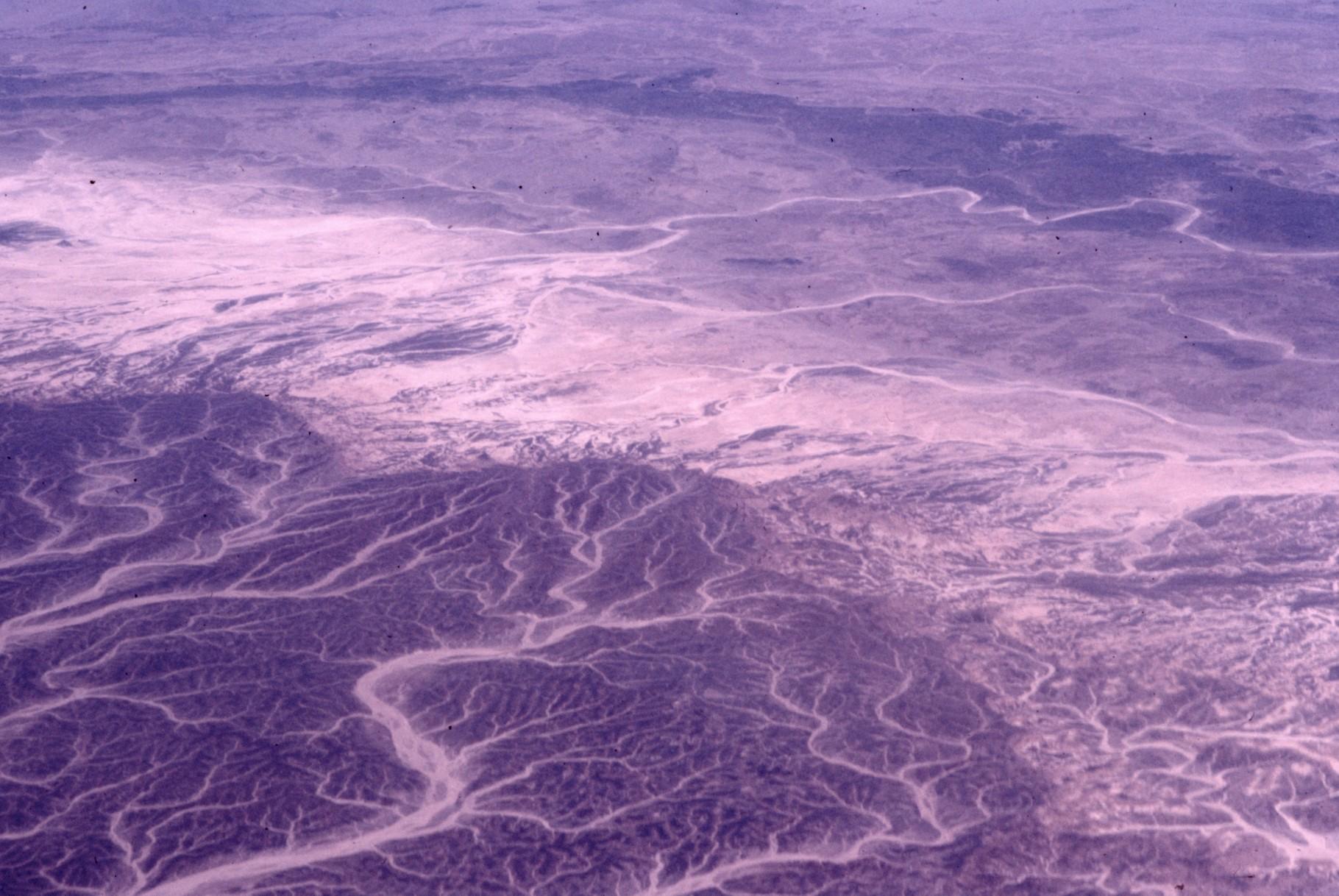 ワジ(涸れ谷) 黒い部分は岩石砂漠