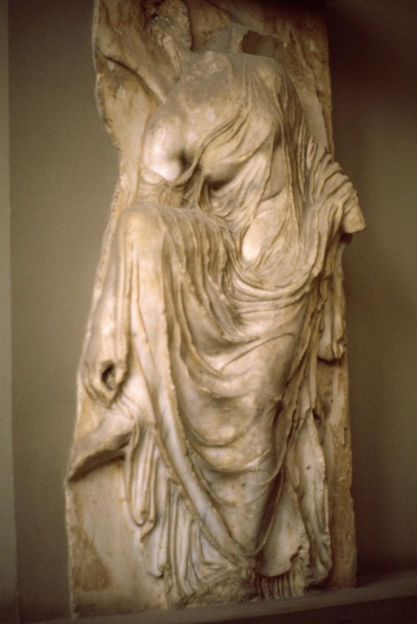 ニケ神殿の彫刻 「サンダルの紐を解くニケ」