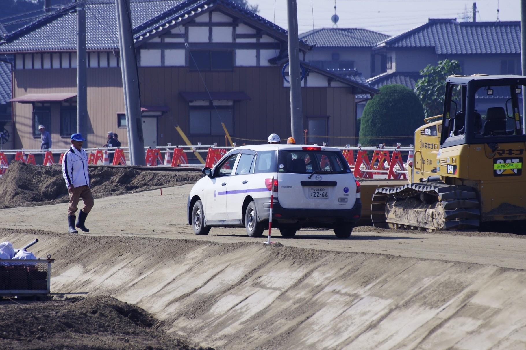 茨城県土木部の職員と車