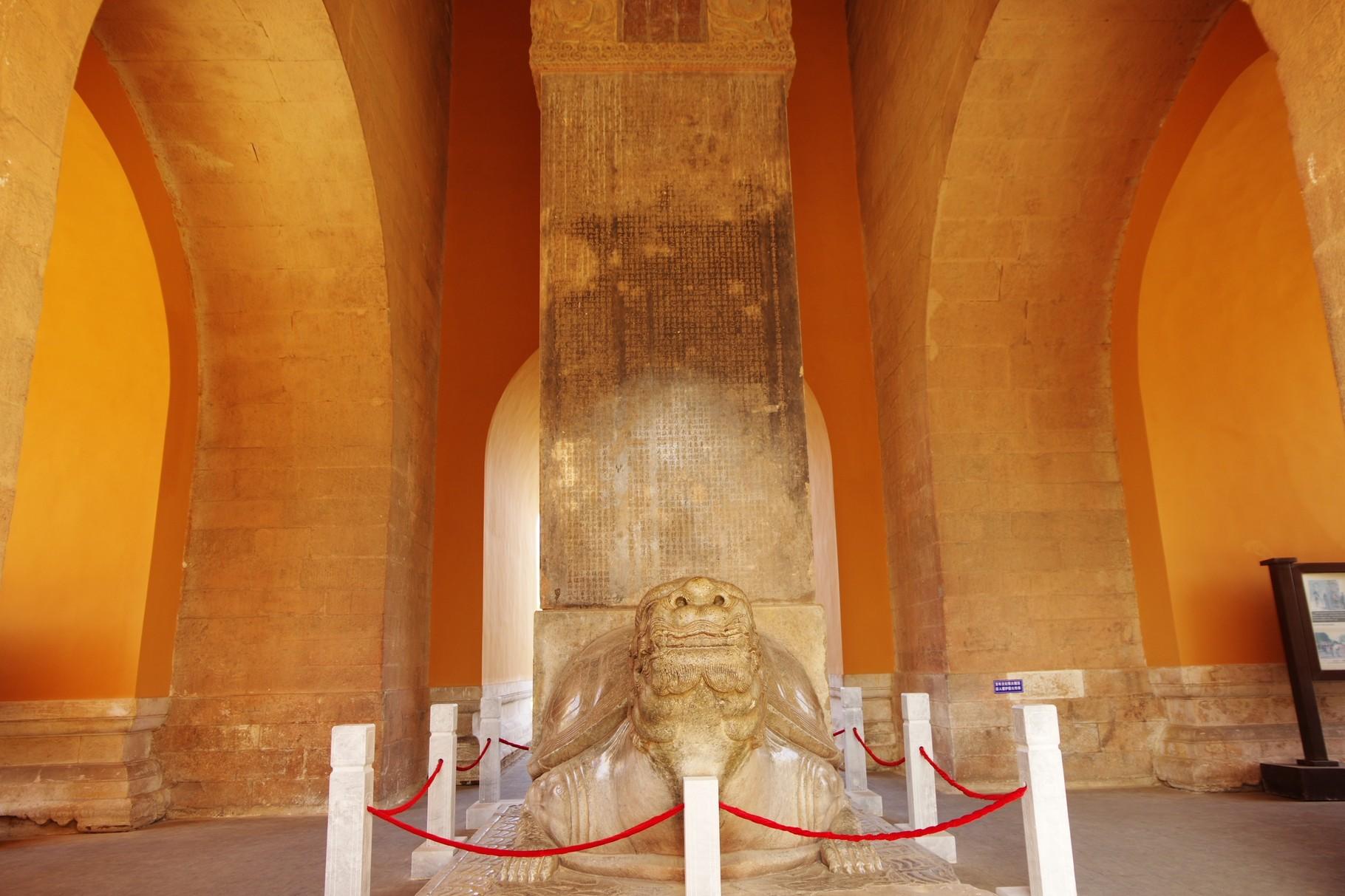 碑楼内の石碑 息子・洪頤帝が父・永楽帝を讃える