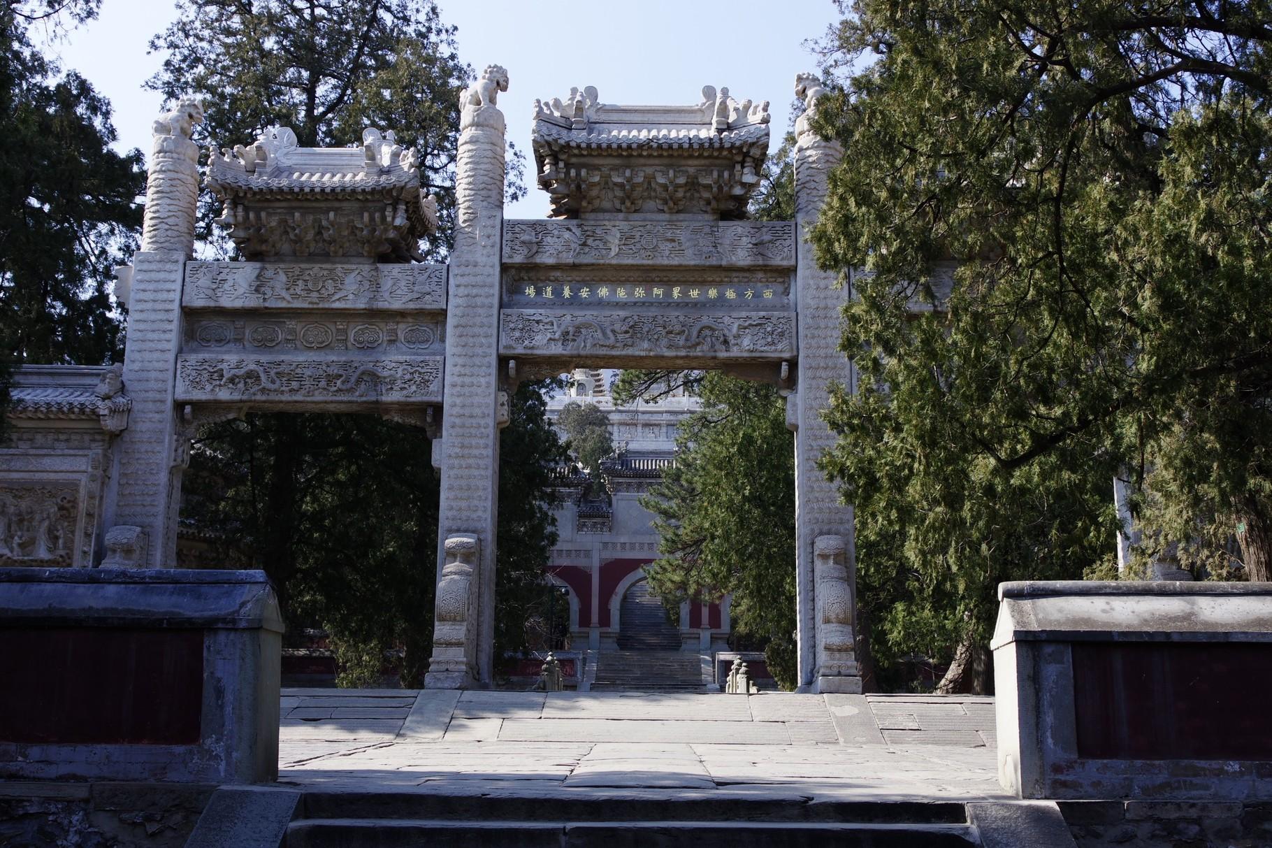 舎利塔の入り口の石牌楼