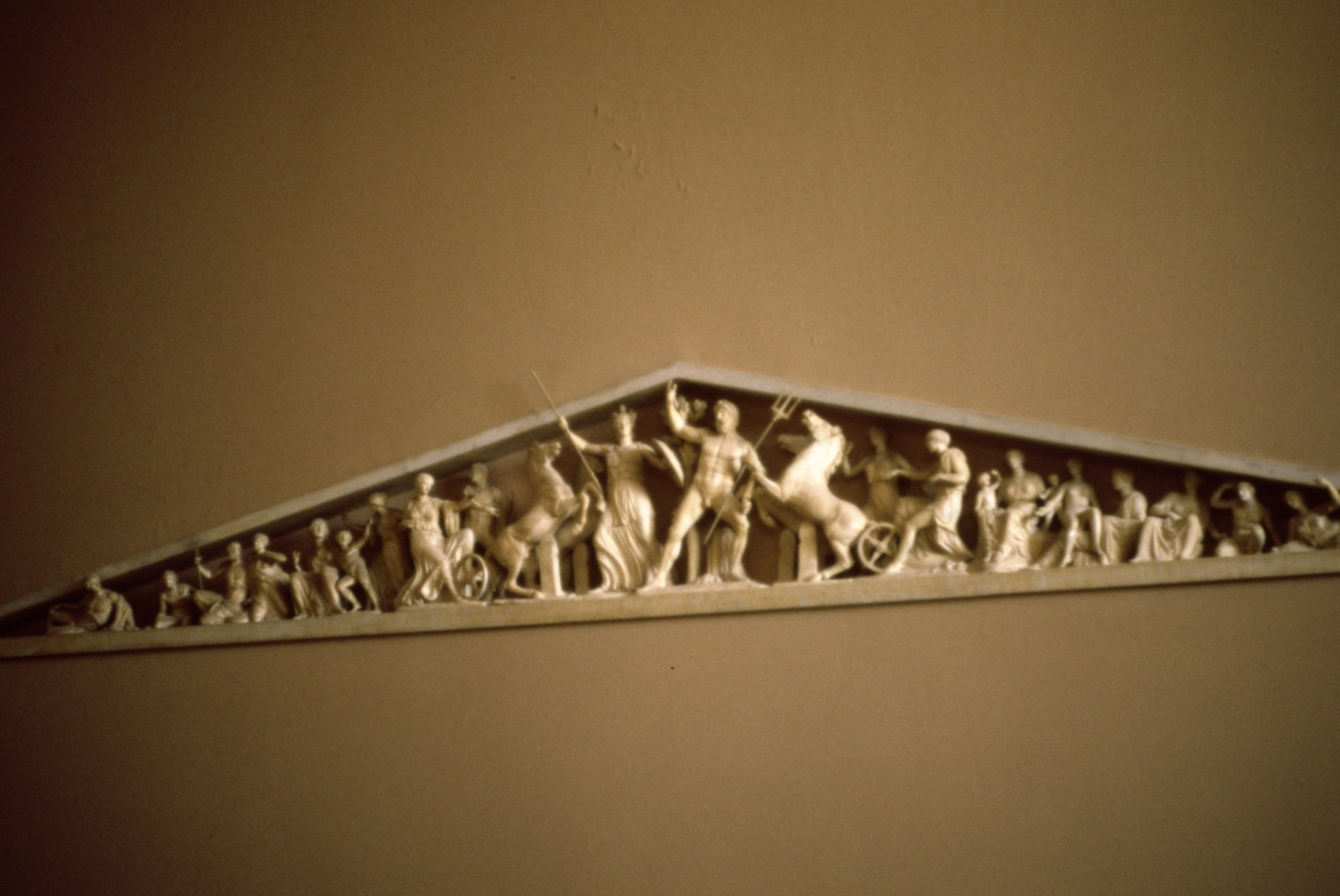 破風の彫刻の縮小レプリカ