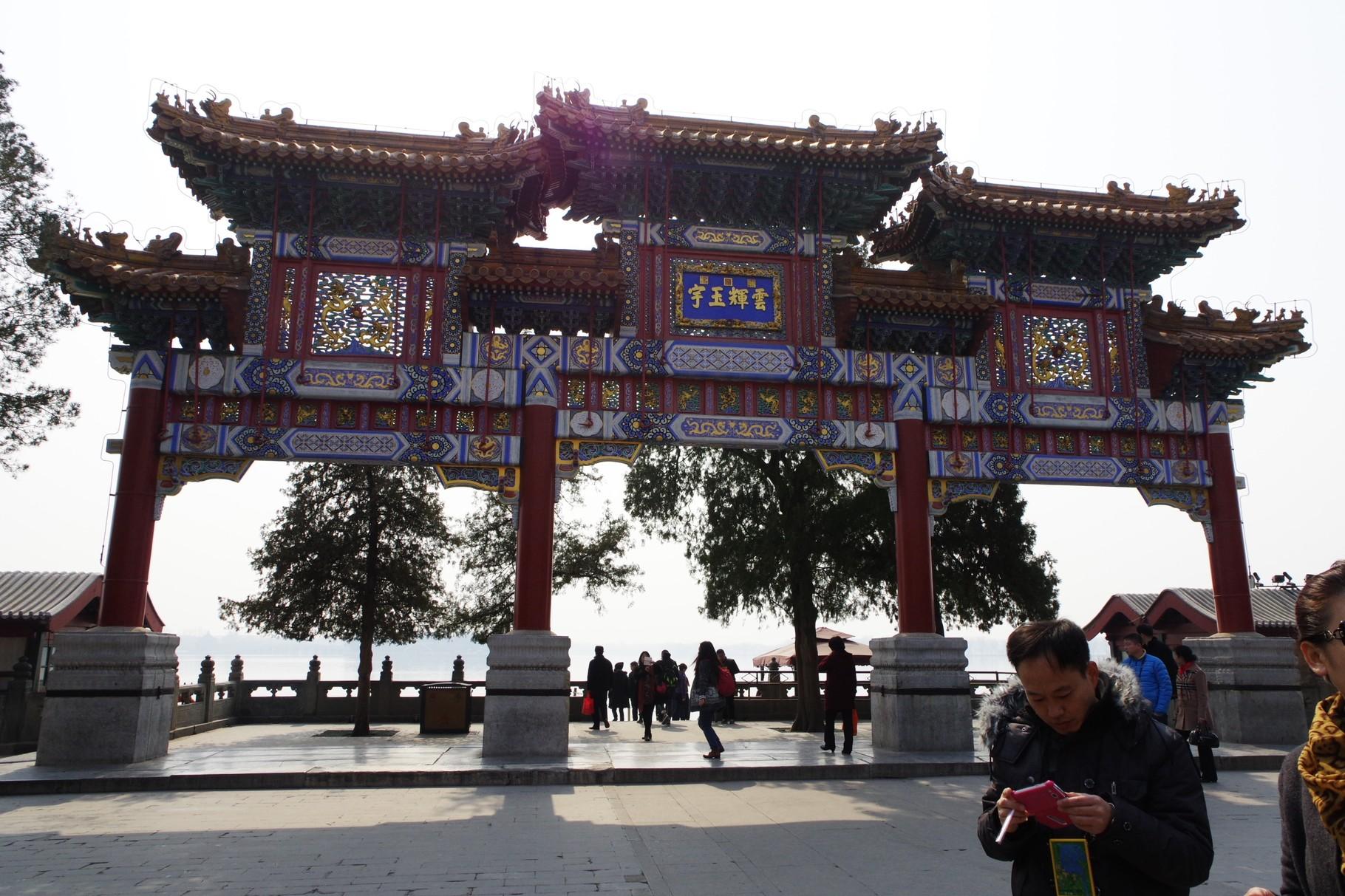 仏香閣正面の牌楼