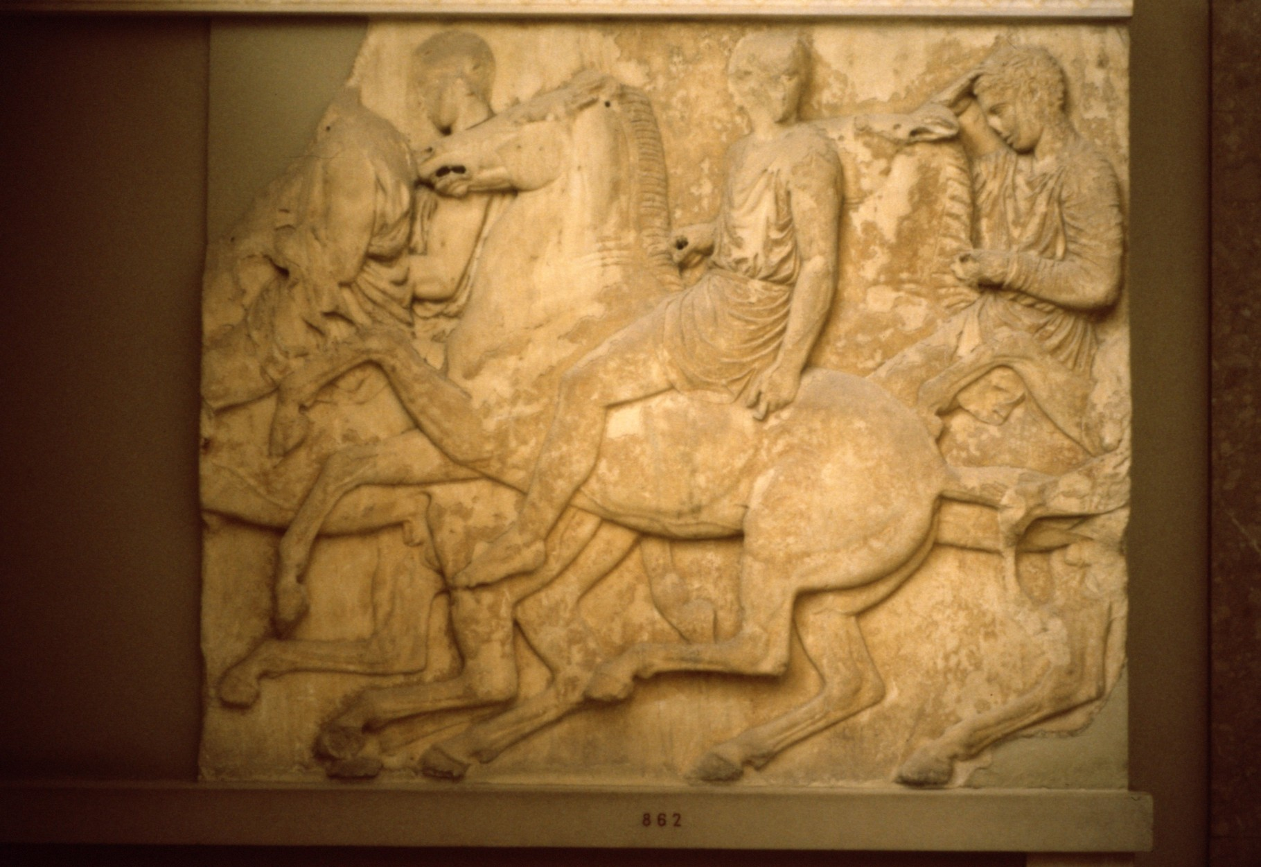 掘り出された梁の装飾彫刻