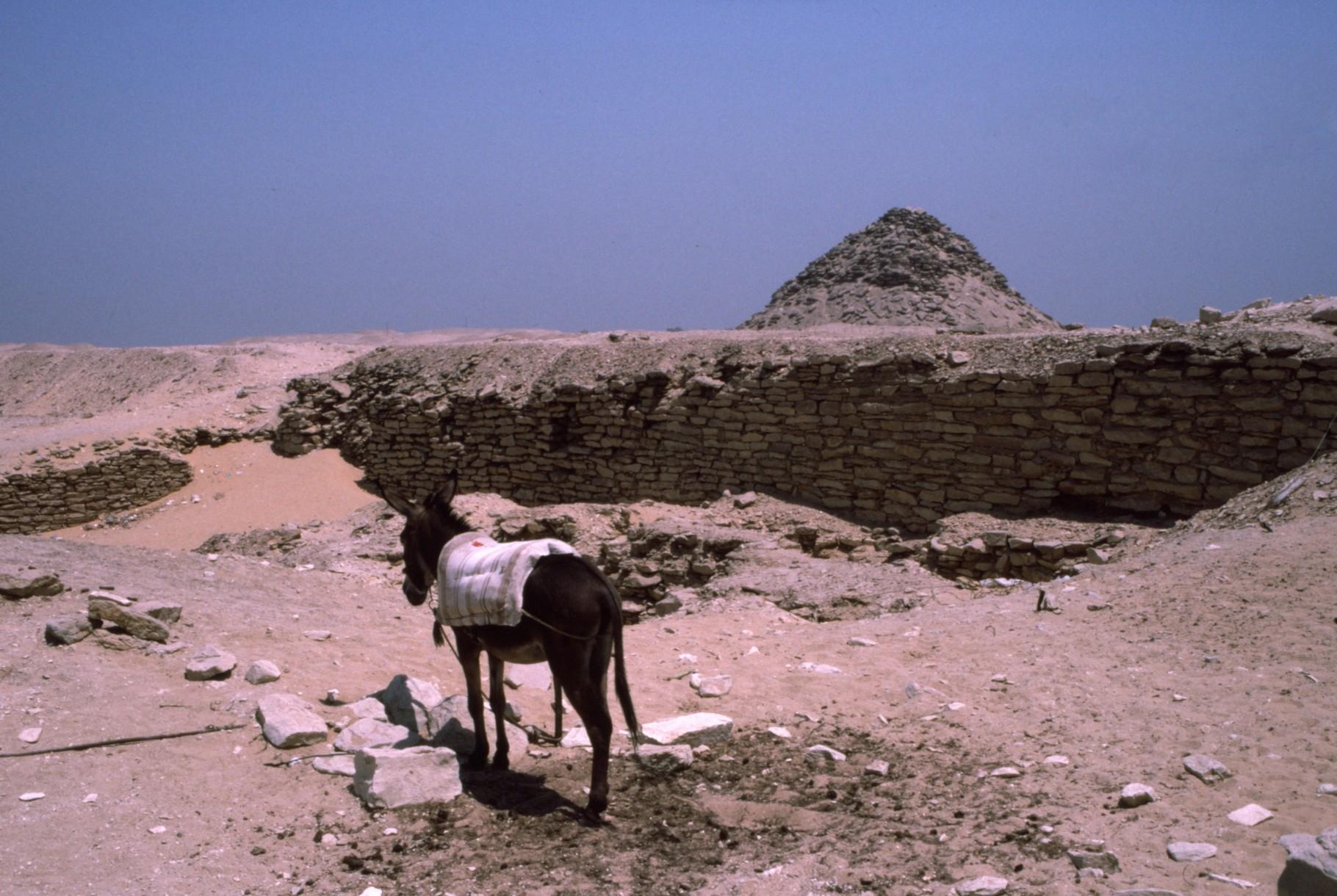 あたりのピラミッドの残骸