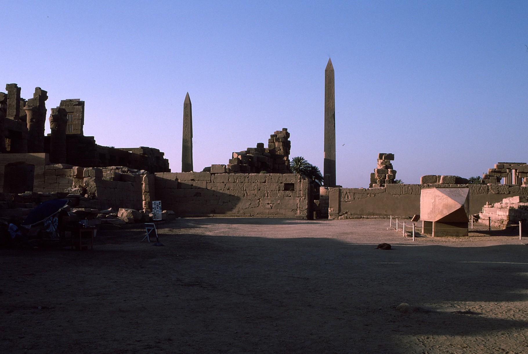 倒壊した尖塔もある(右下)