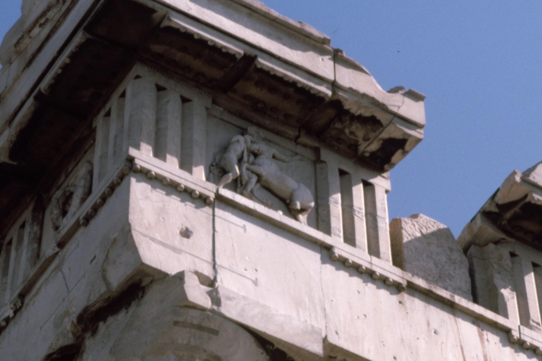 梁の上の装飾帯(フリーズ)に残る彫刻