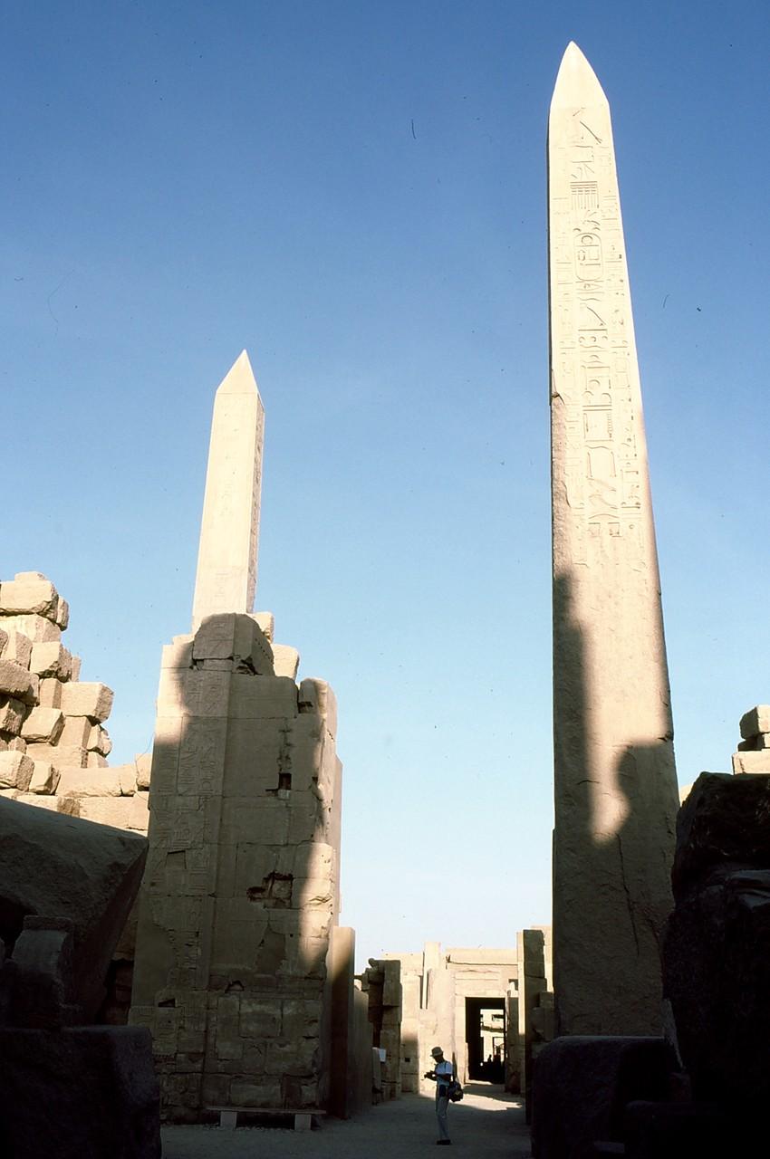 一枚岩の尖塔