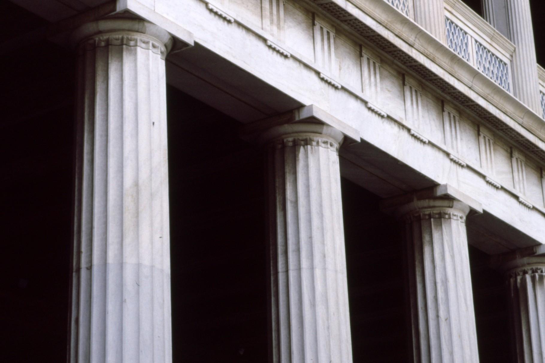 外側は「ドーリア式」列柱