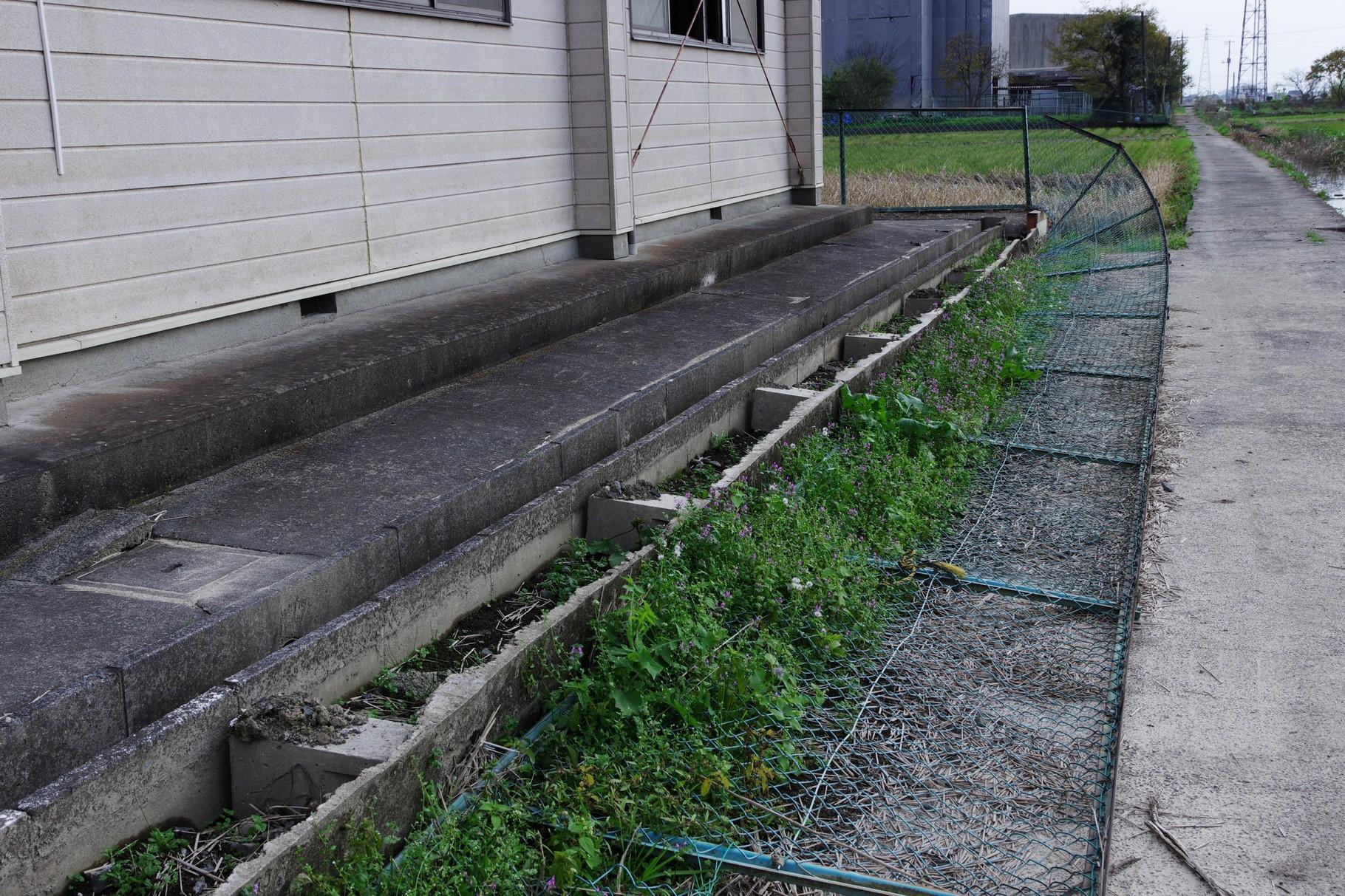 北からの氾濫水で倒された東側のフェンス