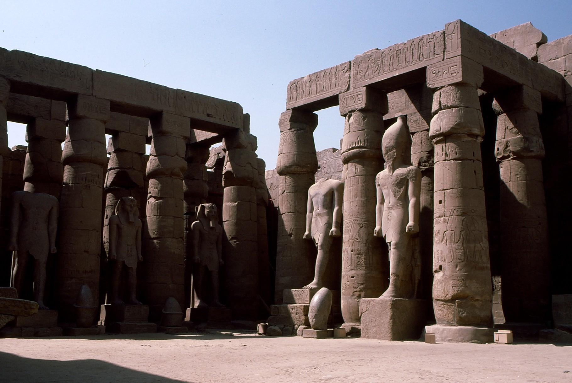 柱間の立像の姿勢に注目