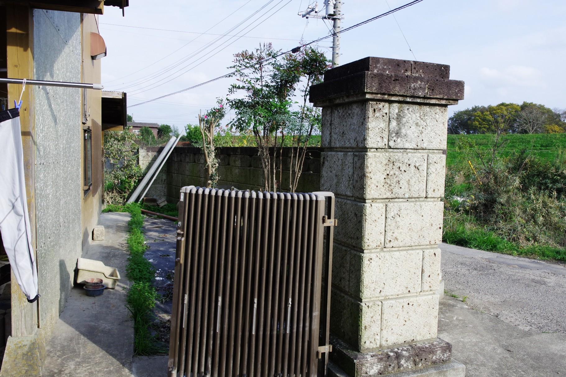 10日夜には門柱が完全に水没しました 小貝川の堤防がみえます