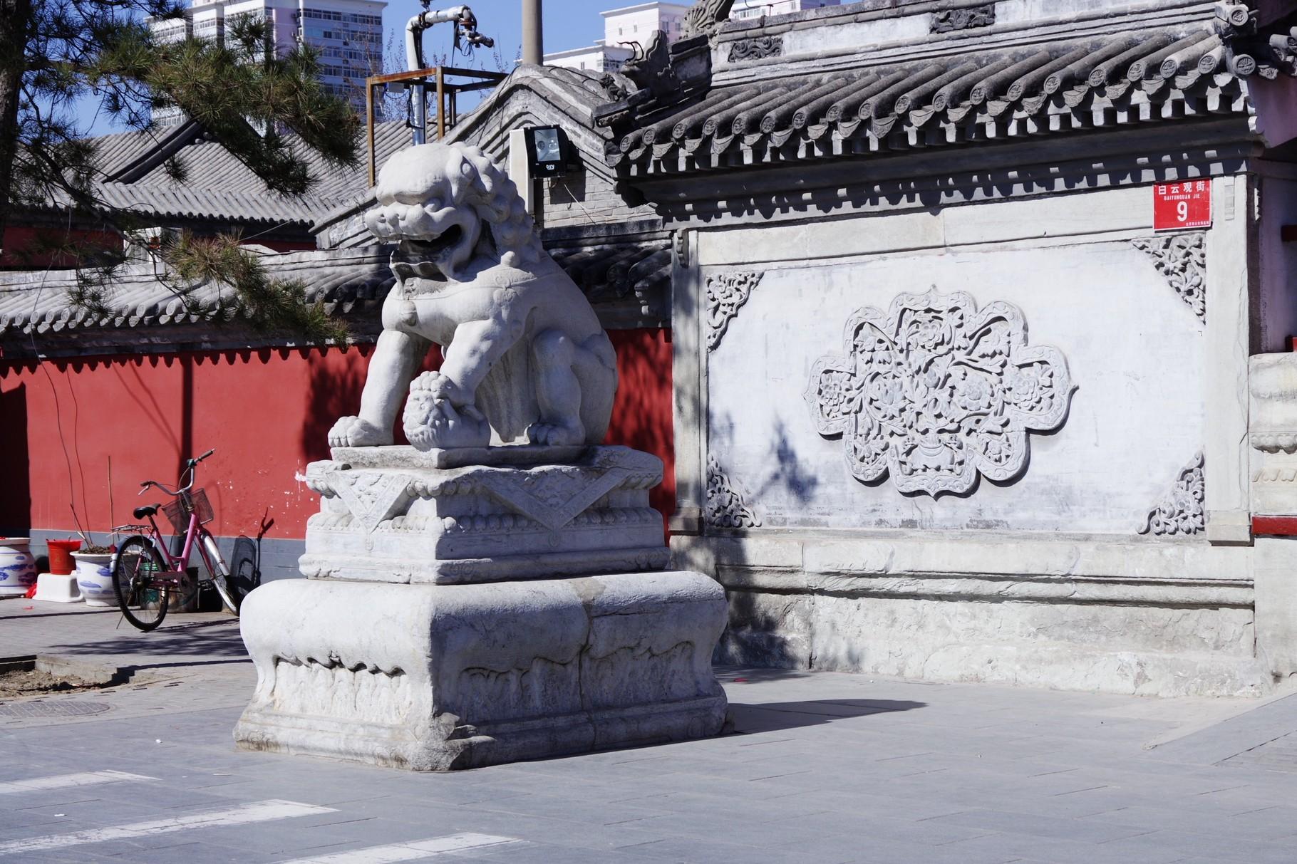 牌楼の前の左右の獅子