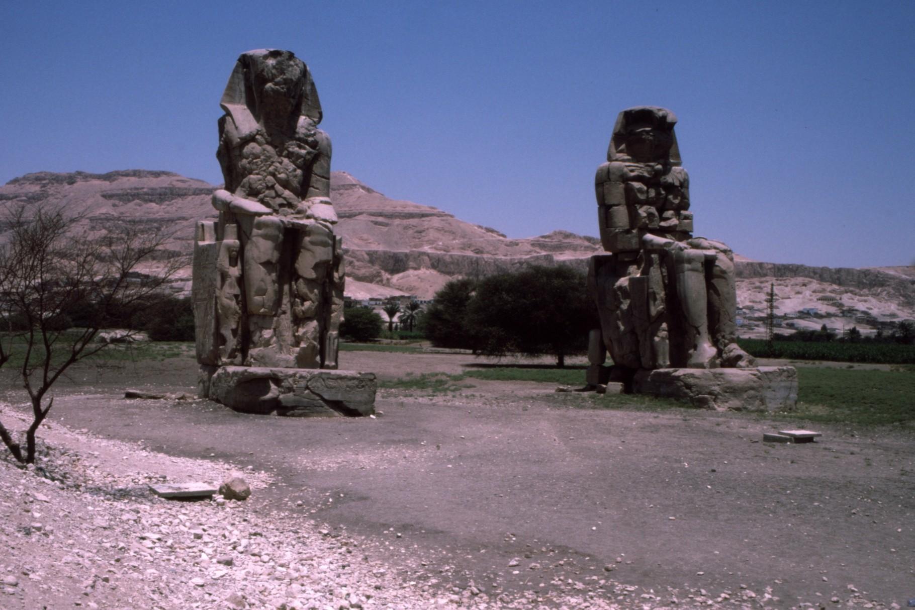 西岸の「メムノンの巨像」