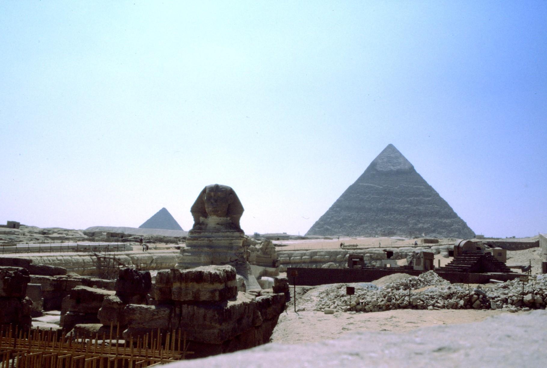 右は、カフラー王のピラミッド