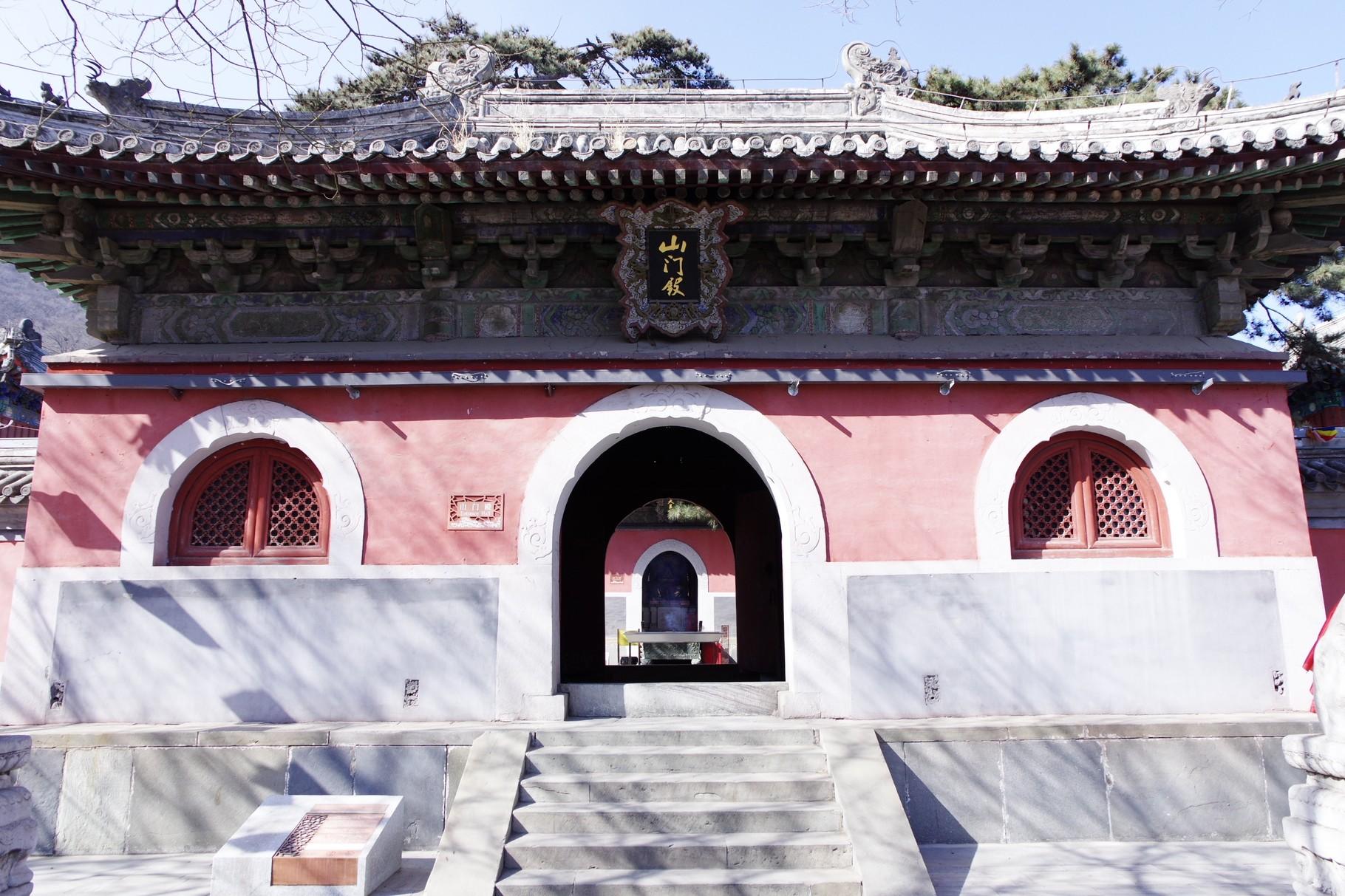 第一の主殿の山門殿を通して、第二の主殿の天王殿が見えます